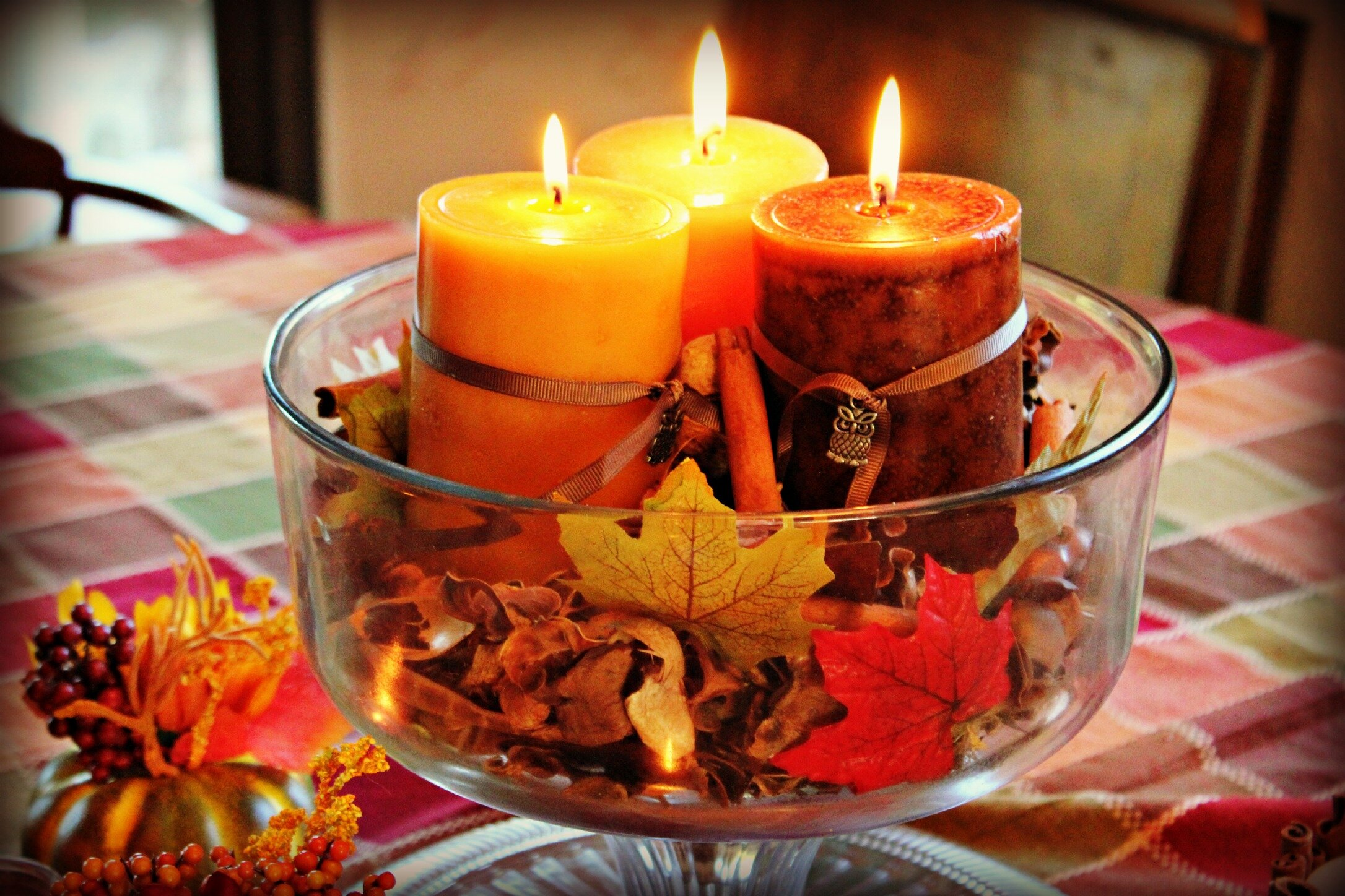 15 great ideas of decorating with candles for Pictures of fall table decorations
