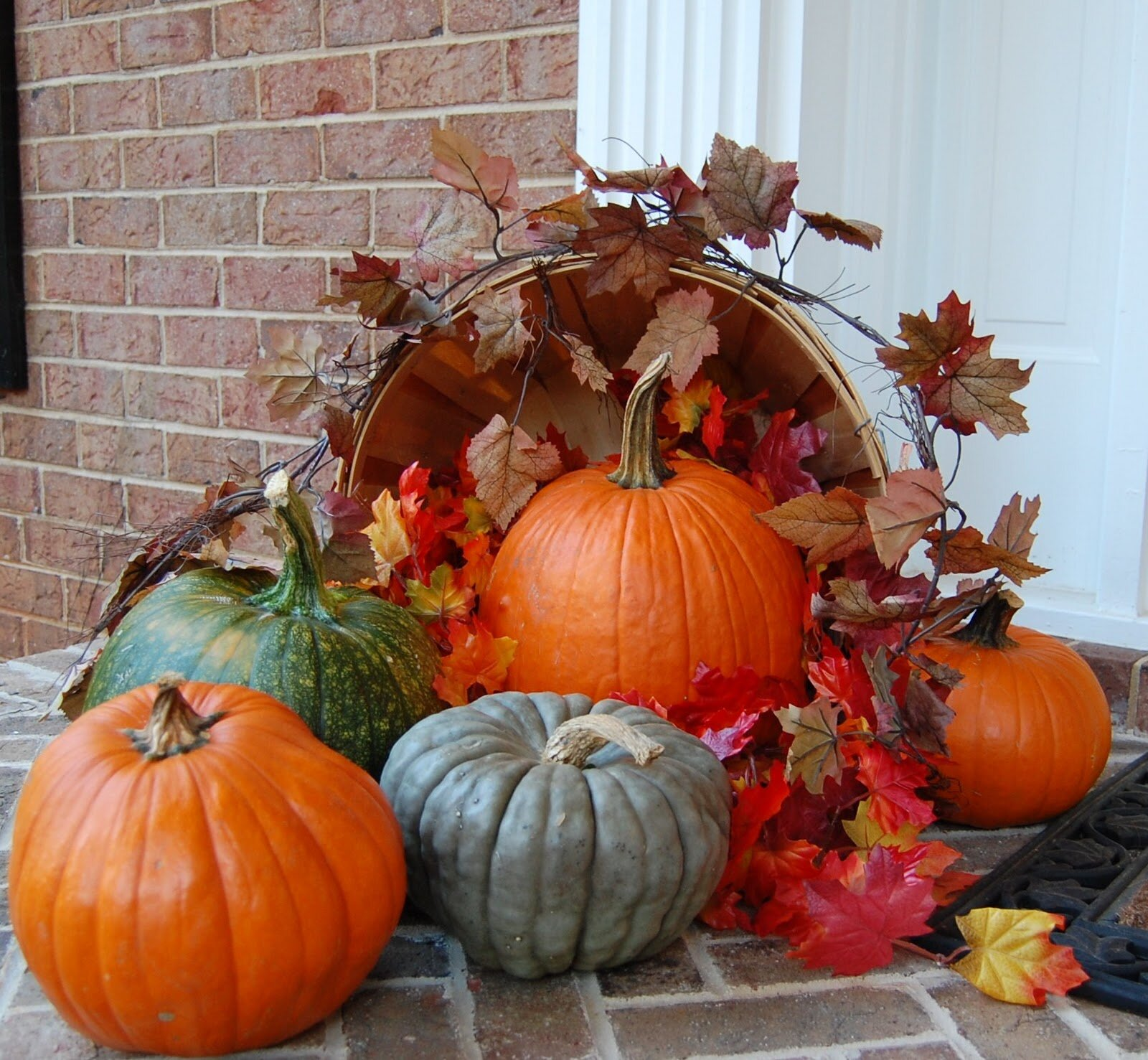 The 16 most beautiful fall decorations mostbeautifulthings for Pictures of fall decorations for outdoors